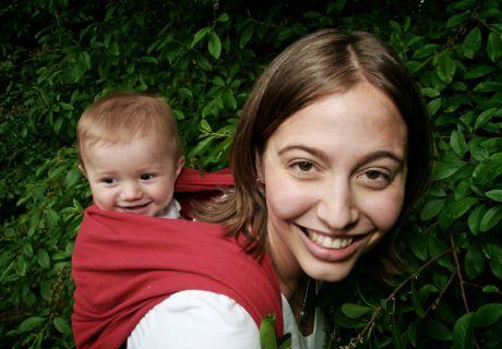 Бебе в слинг-шал на гръб
