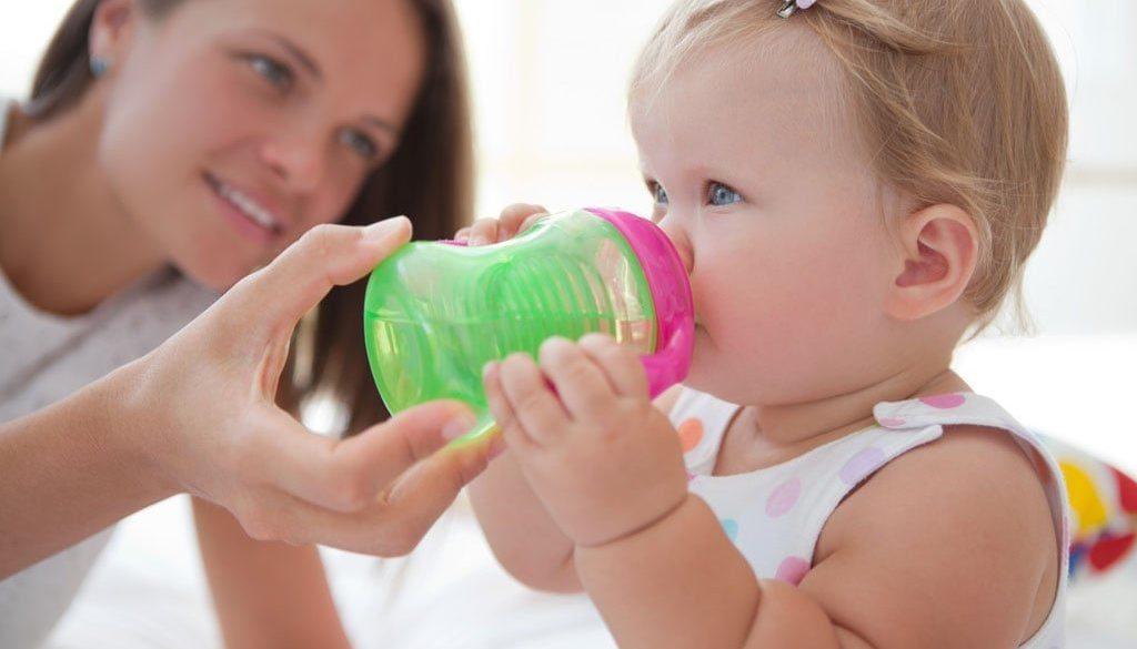 бебешко шише, даване на вода на бебе. Колко и каква вода за бебе