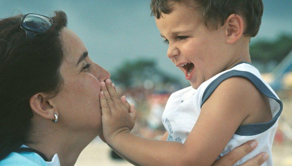 послушно дете. общуване родители деца. Отделяне на детето от мама