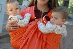 Близнаци в слинг с халки. Снимката е предоставена от mommygear.com