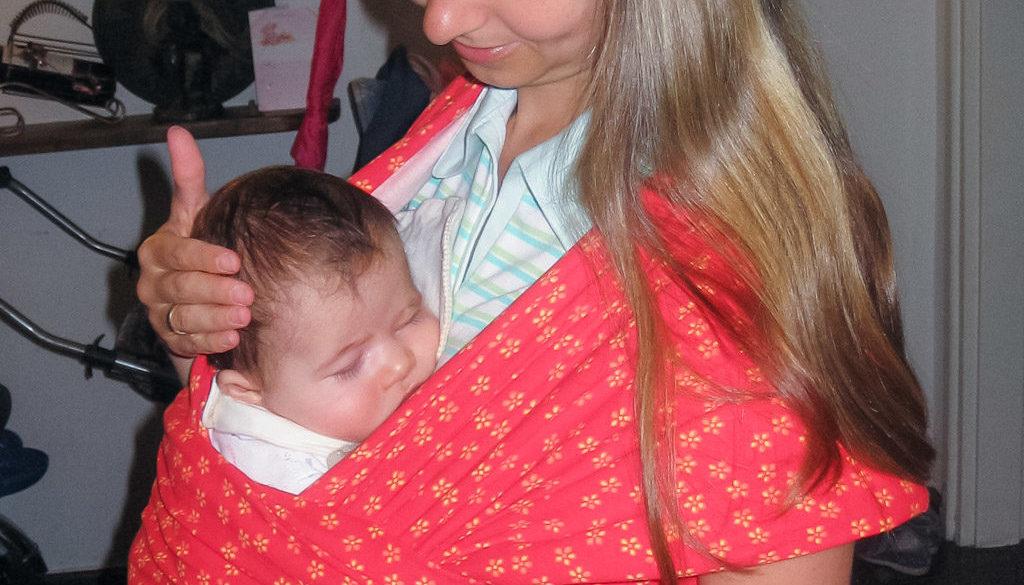 Бебе в слинг, успокояване и приспиване на бебе, колики