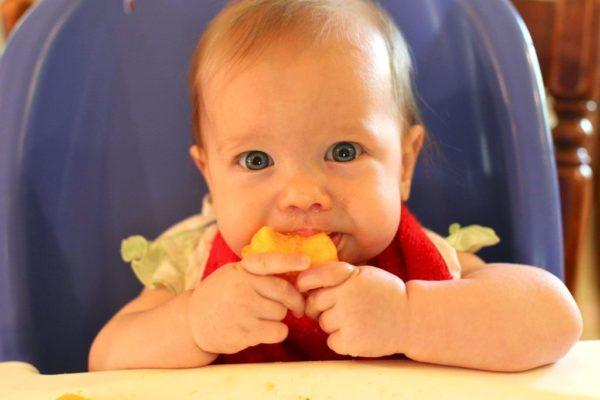 Захранване. Захранване водено от бебето. Здравословно хранене на малкото дете. BLW