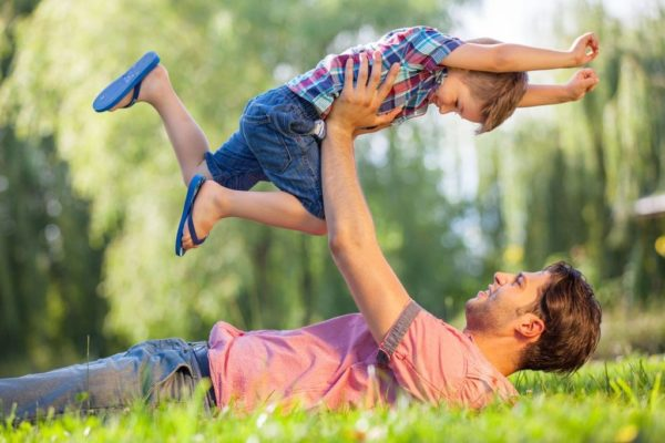 Дете, баща, син, игра, възпитанние, родител ,агресия, агресивно дете, непослушно дете, палаво дете, хиперактивно дете, възпитание, щастливо дете