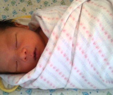 повиване на бебе, приспиване на новородено, успокояване на бебе, бебе иска на ръце, бебе се стряска