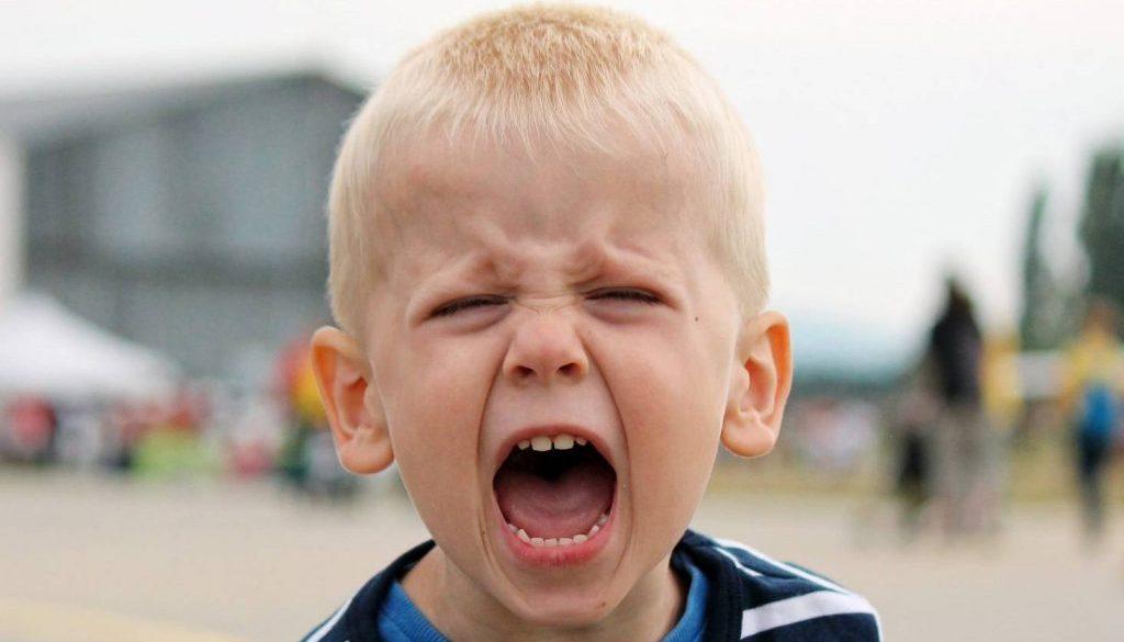 тразяване на чувствата, ядосано дете, истерично дете, детето удря