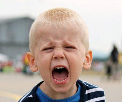 Гневът при детето. отразяване на чувствата, ядосано дете, истерично дете, детето удря