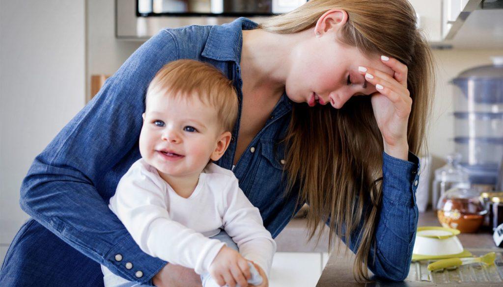 изтощена майка, уморена майка, дай време за себе си, бебе