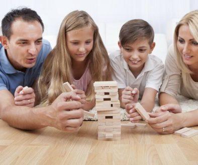 семейни игри, тревожност, взаимоотношения, страхове, заедно у дома, епидемия, карантина, здраве, болест, родители, щастие